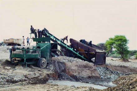 Figure 169 - Mechanical grading of the river gravel (Ulco Area, Orange River, South Africa).