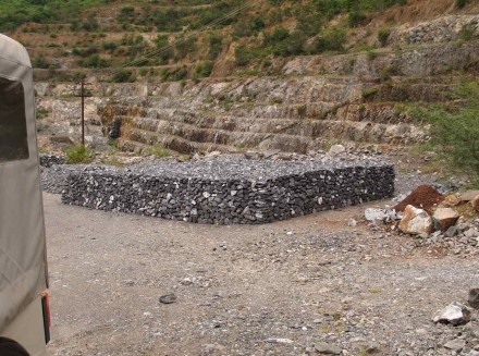 Figure 180 - Manually packed ore pile (Chrome mine, Boula, India)