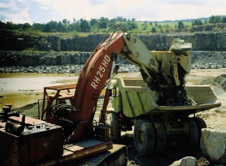 Figure 173 - Dustless dump loading operation in a quarry (Halfwayhouse, South Africa).