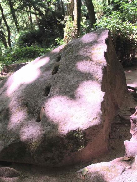 Figure 165 - Granite boulder halfway split to shape a block for the castle wall (Sintra, Portugal).